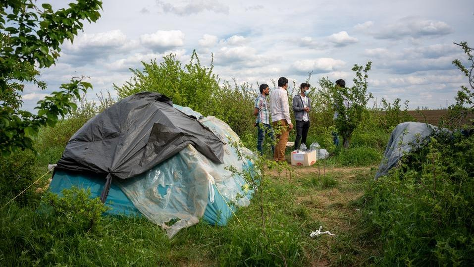 Migranten campieren im rumänisch-ungarischen Grenzgebiet nahe der Stadt Temeswar. Sie hoffen darauf, unbemerkt in einem LKW nach Westeuropa zu kommen.