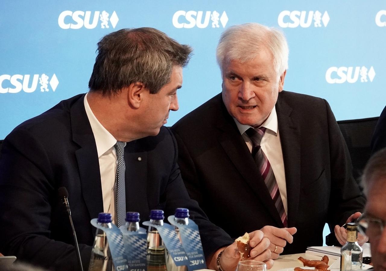 Ministerpräsident Markus Söder (links) und der Parteivorsitzende und Bundesminister Horst Seehofer (rechts) unterhalten sich bei der Sitzung des CSU-Vorstands.