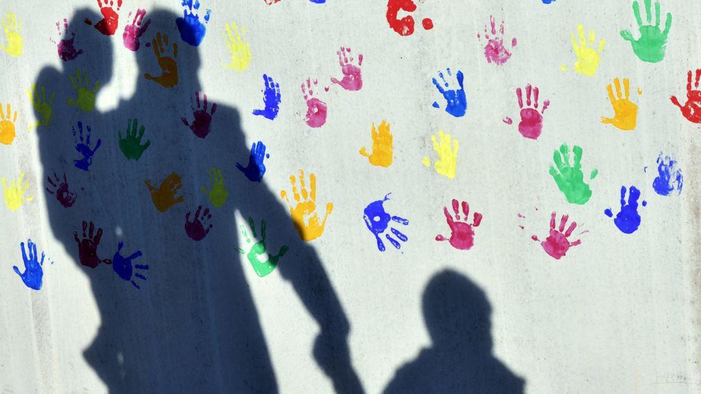 Schatten von Vater und Kindern an der Wand