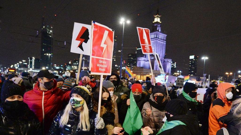 Warschau: Demonstranten protestieren gegen das umstrittene Abtreibungsgesetz.