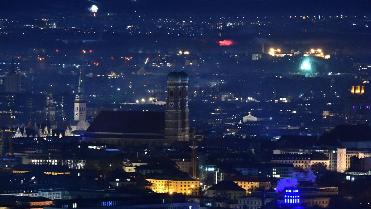 Blick auf die Türme des Liebfrauendoms von vereinzeltem Feuerwerk umgeben