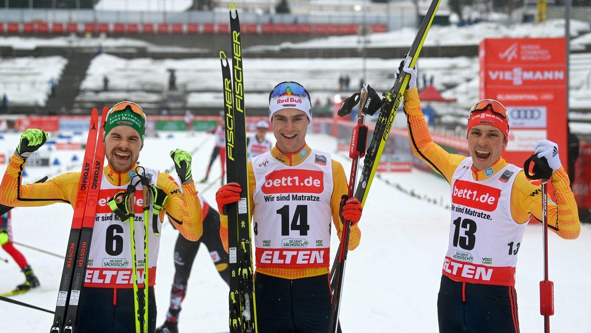 Vinzenz Geiger (M) aus Deutschland gewinnt vor seinen Landsleuten Fabian Rießle (l) und Eric Frenzel.