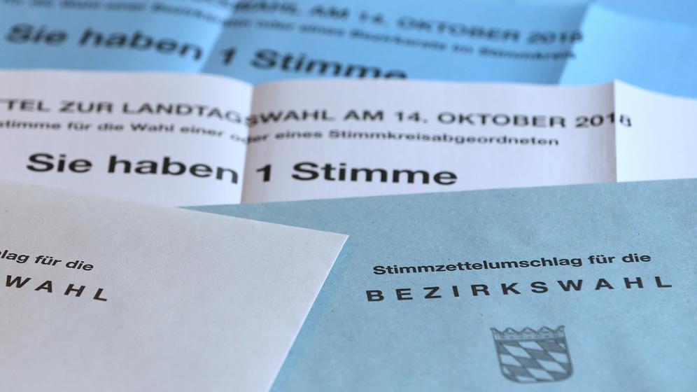 Briefwahlunterlagen für die Wahl des Landtages und Bezirkstages am 14.10.2018 in Bayern liegen auf einem Tisch.  | Bild:picture alliance/Karl-Josef Hildenbrand/dpa