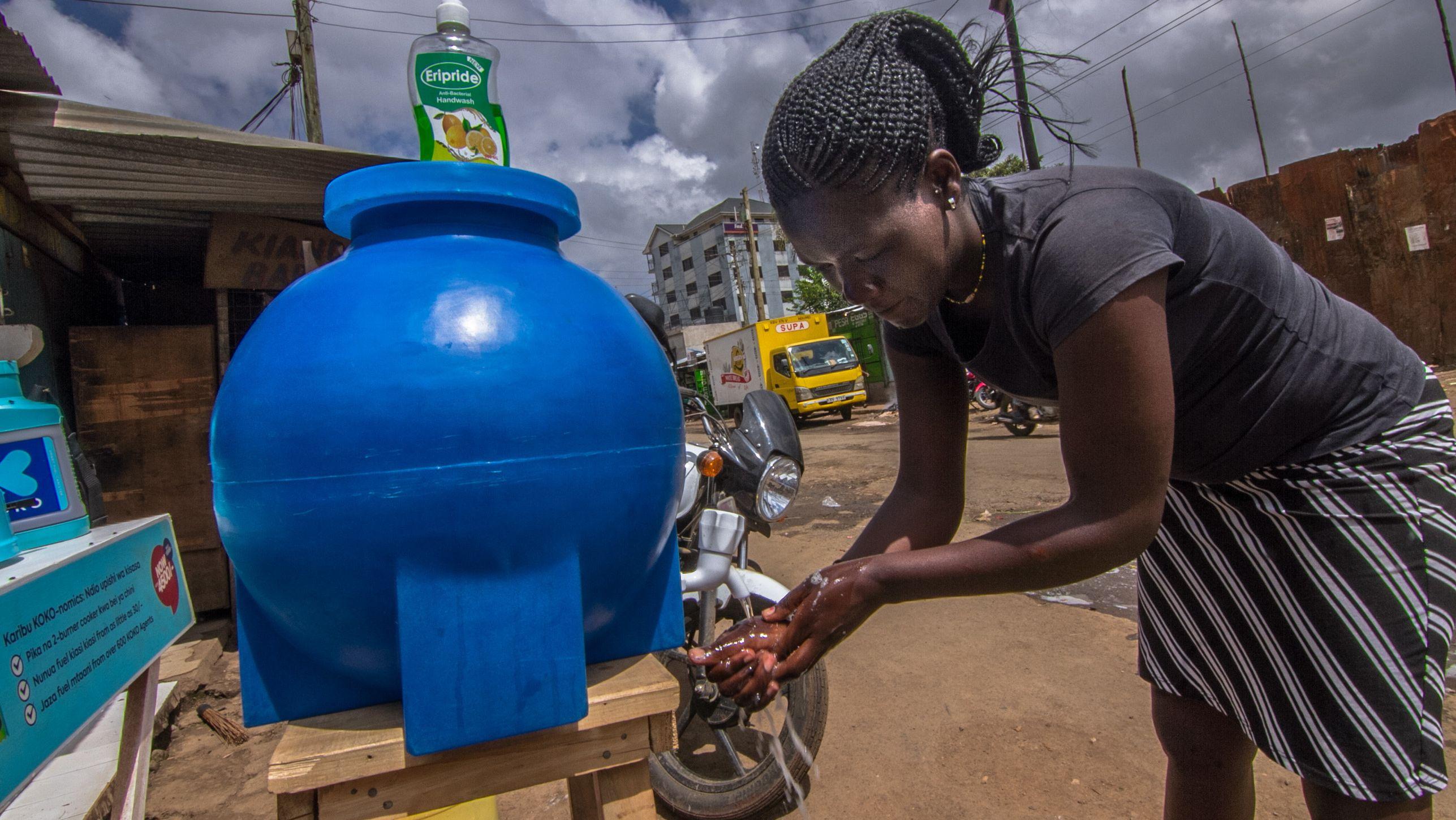 Eine Frau wäscht ihre Hände an einer öffentlichen Waschstation im Kibera-Slum im kenianischen Nairobi.