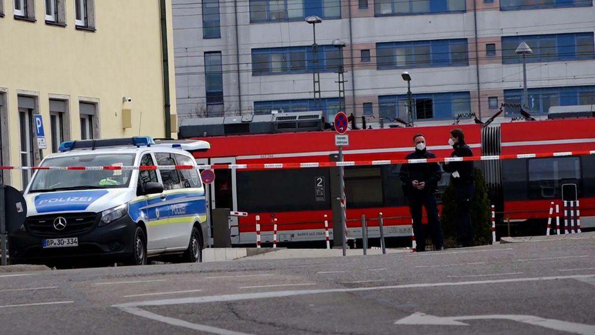 Polizisten haben den Bahnhof in Ansbach abgesperrt