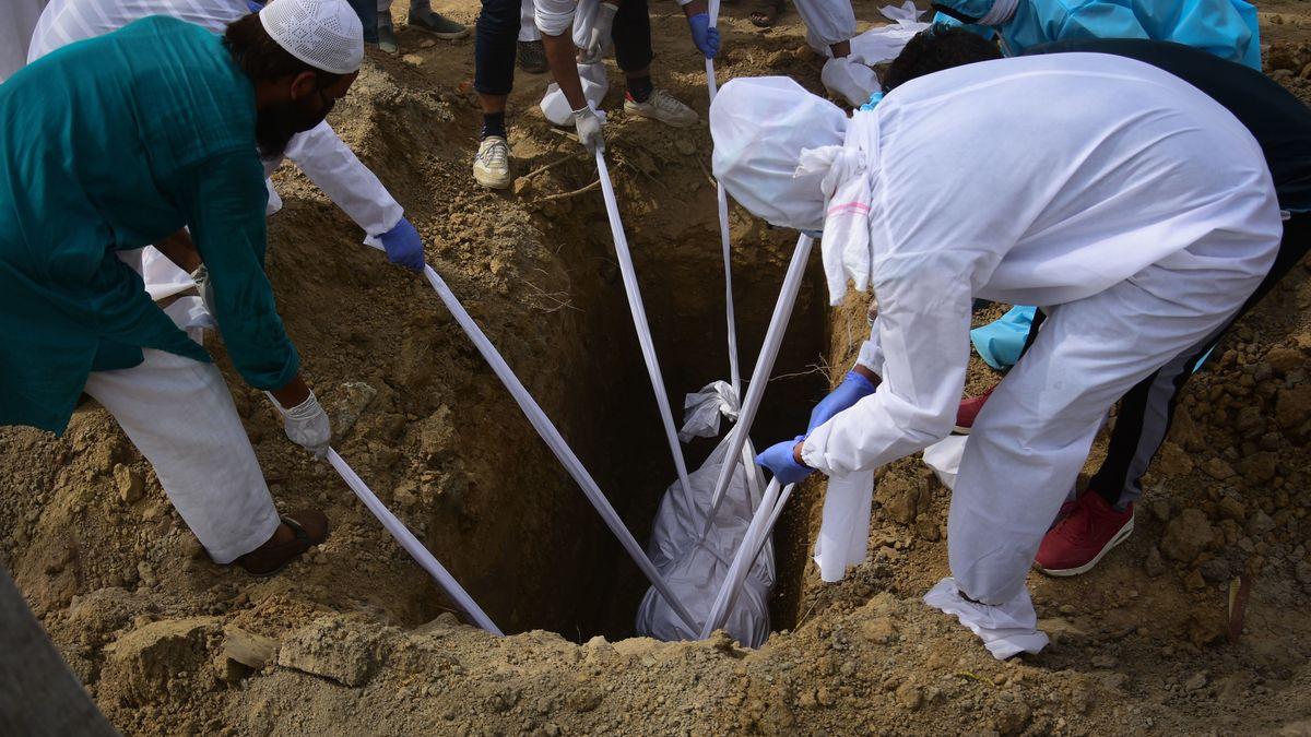 Ein mit Covid-19 Gestorbener wird in Neu-Delhi beerdigt