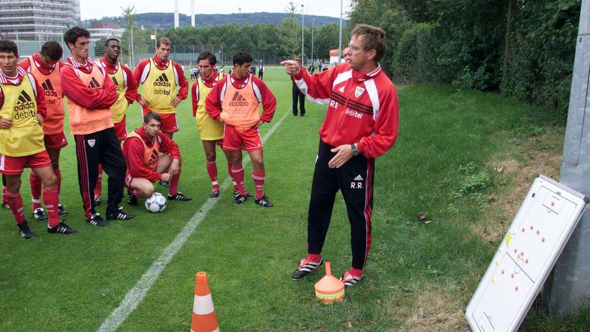Ralf Rangnick als Trainer des VfB Stuttgart mit Taktiktafel