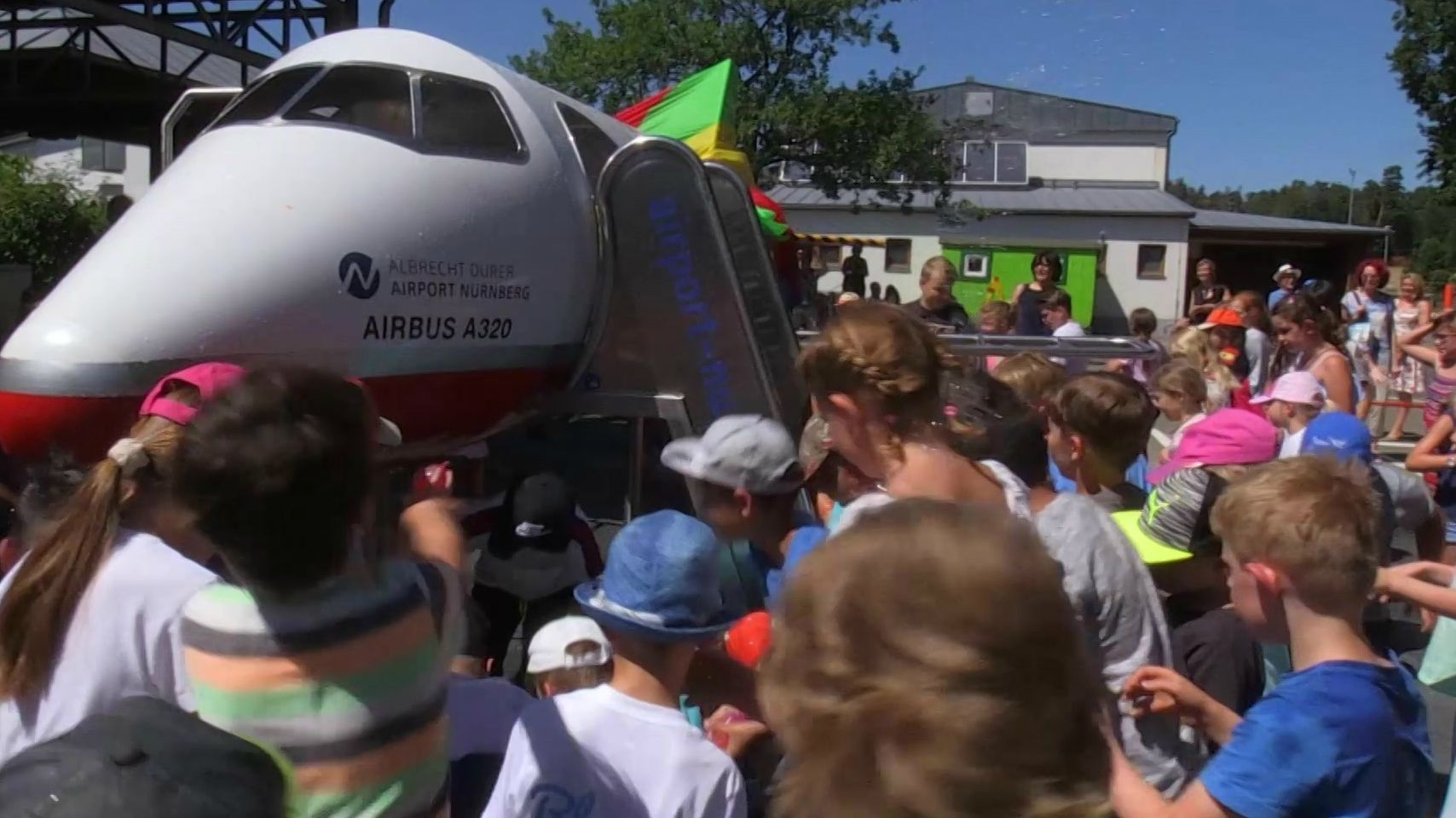 Kletter-Flugzeug auf Pausenhof der Bibert-Grundschule Zirndorf