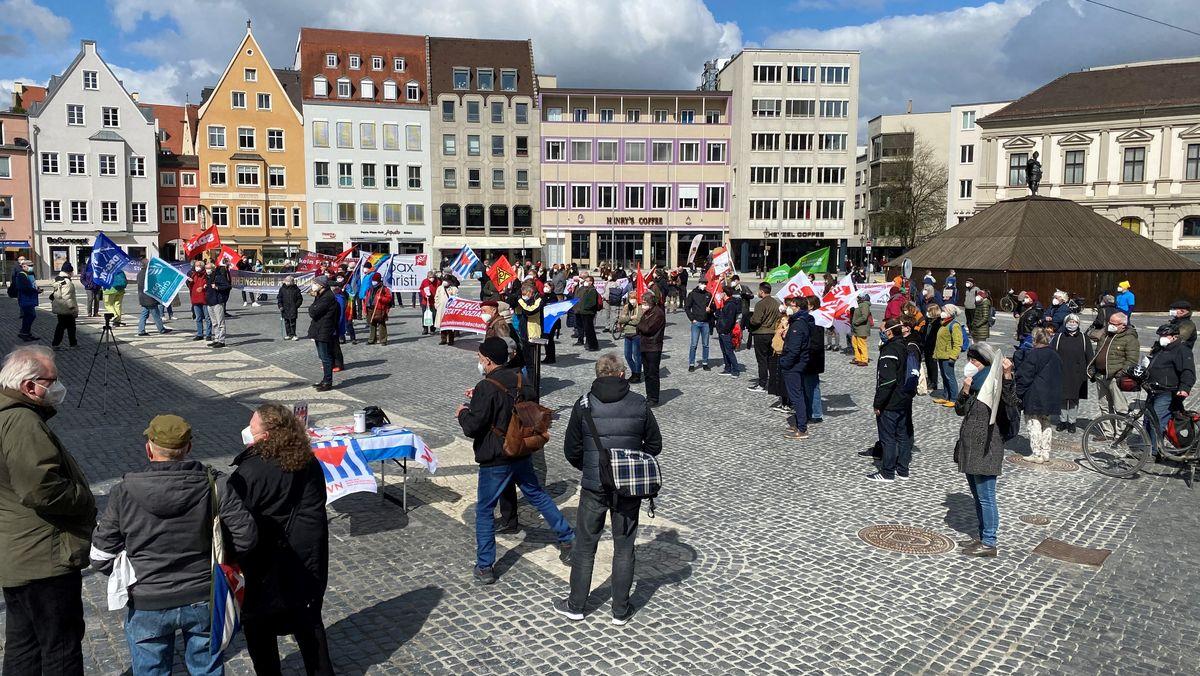 Teilnehmer bei Osterkundgebung auf dem Augsburger Rathausplatz halten Abstand und tragen Masken