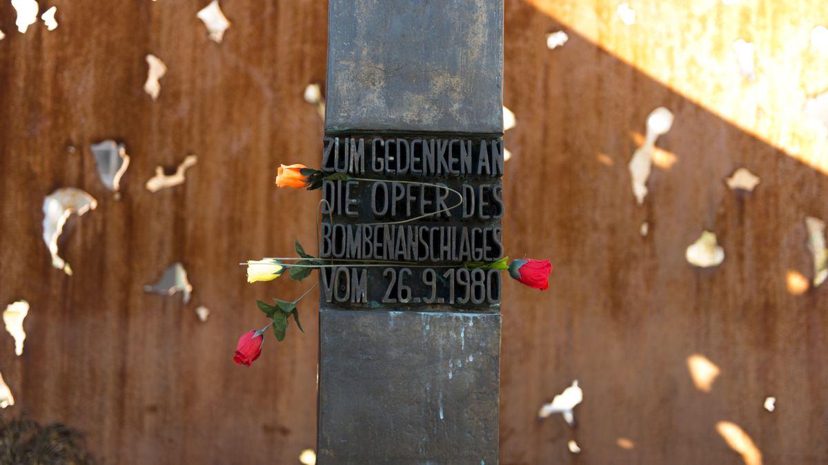"""Das Mahnmal zum Oktoberfest-Attentat am Eingang zur Theresienwiese mit der Aufschrift: """"Zum Gedenken an die Opfer des Bombenanschlages vom 26.09.1980"""""""