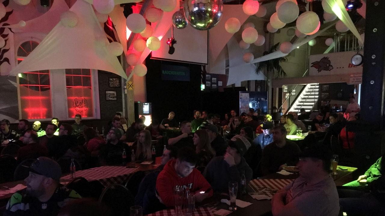 Die niederbayerischen American Football Fans verfolgten in der Nacht den Super Bowl im LOKschuppen in Simbach.