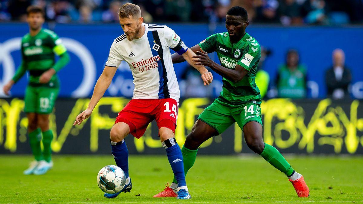 Spielszene aus einer Partie zwischen Fürth und dem Hamburger SV
