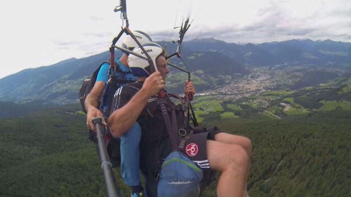 Sportvorstand Dieter Hecking beim Gleitschirmfliegen