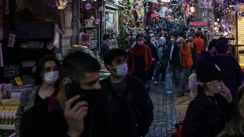 Menschen spazieren auf dem beliebten Misir Carsisi, auch als Ägyptischer Basar bekannt.