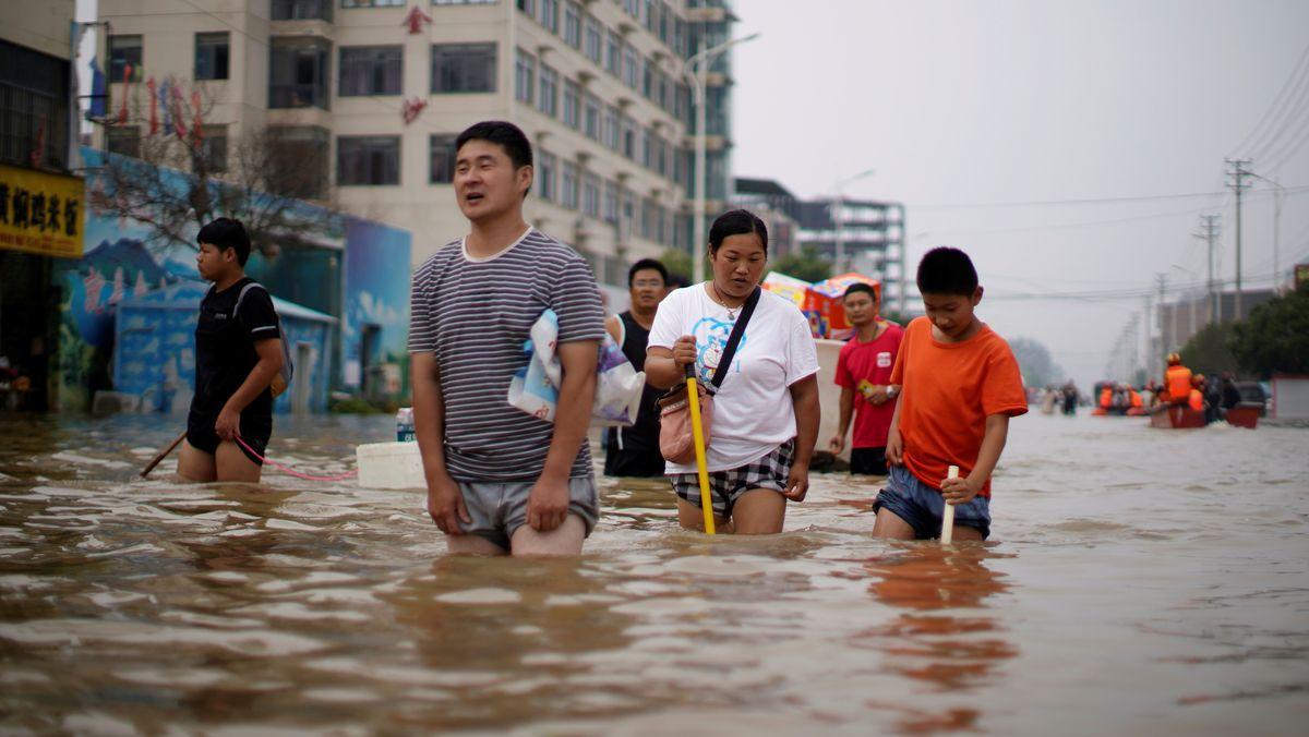 Menschen waten durch die Stadt Zhengzhou
