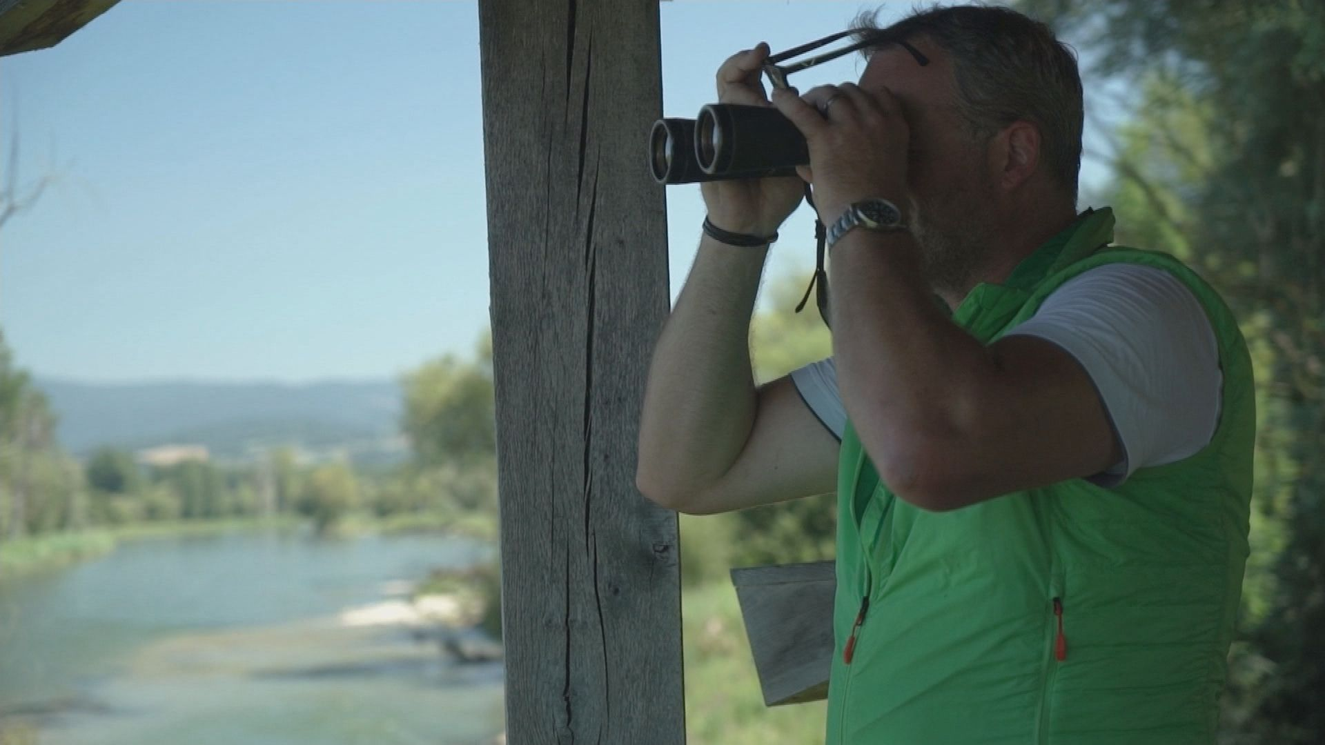 Gebietsbetreuer Schoger-Ohnweiler beobachtet Graugänse über dem Mündungs-Delta der Isar