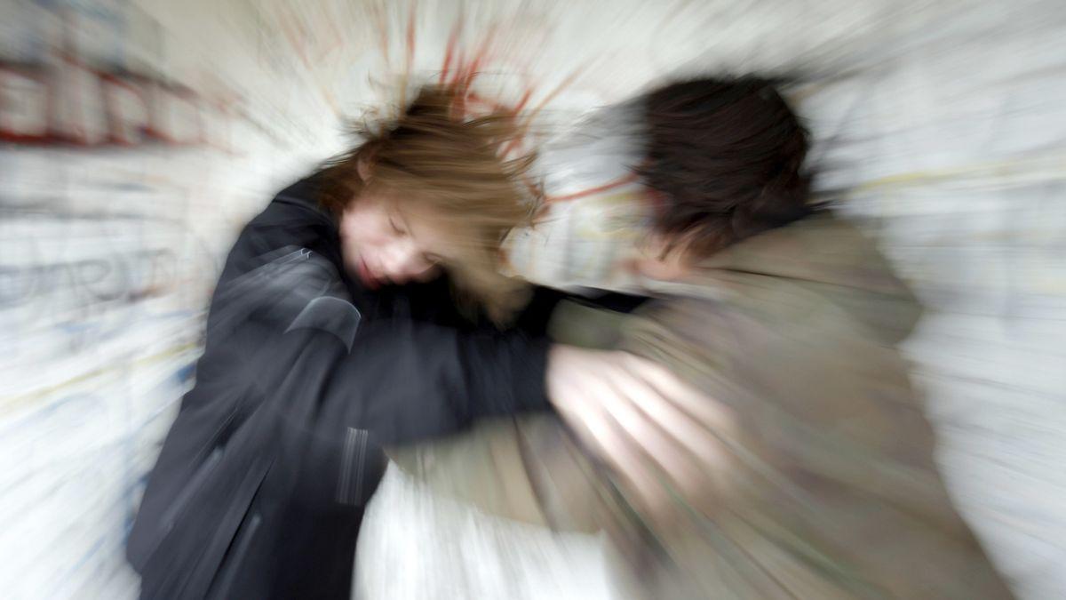 Zwei Jugendliche prügeln sich (Symbolbild)
