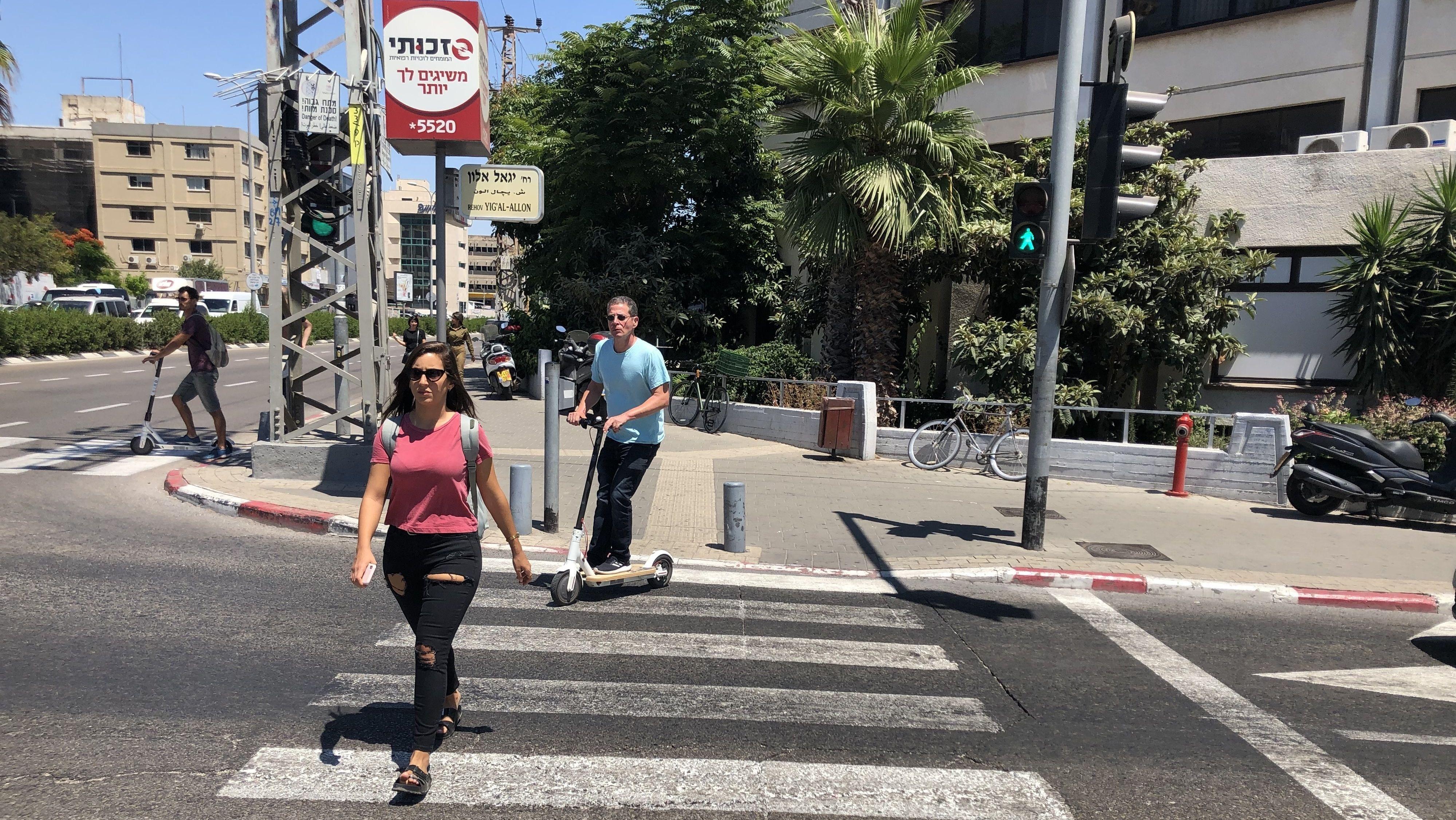 E-Scooter müssen in Tel Aviv auf der Straße fahren. Wer auf dem Fußweg erwischt wird, muss ein Bußgeld von umgerechnet rund 60 Euro zahlen.