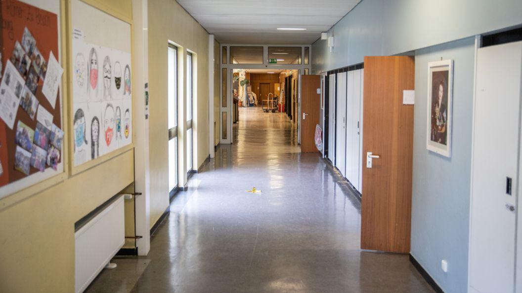 Ein Flur in einer Schule (Symbolbild)