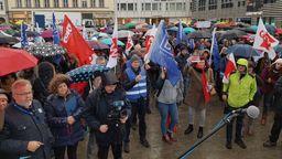 Protest - 500 Lehrkräfte aus Grund-, Mittel- und Förderschulen demonstrierten auf dem Würzburger Marktplatz gegen längere Arbeitszeiten und späteren Rentenbeginn. | Bild:BR/Foto: Conny Kleinschroth