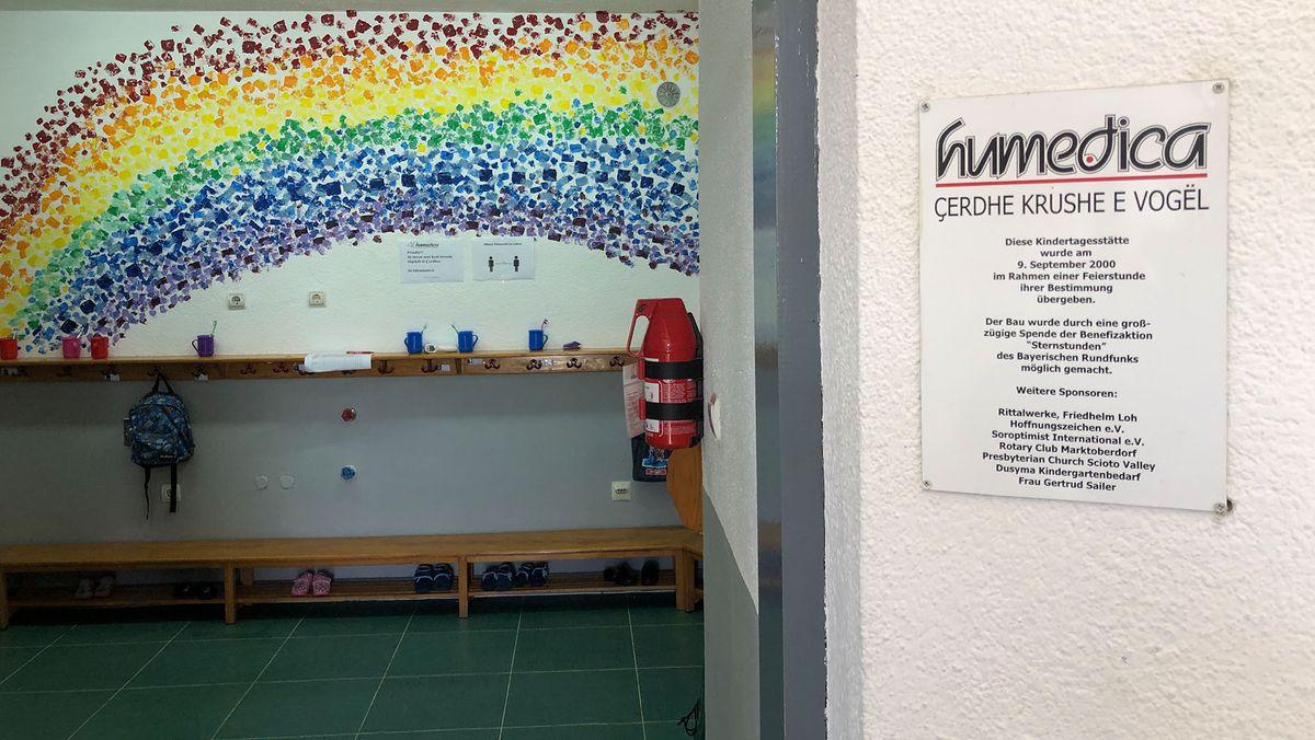 Eingangsbereich des Kindergartens mit Humedica-Schild im Vordergrund.