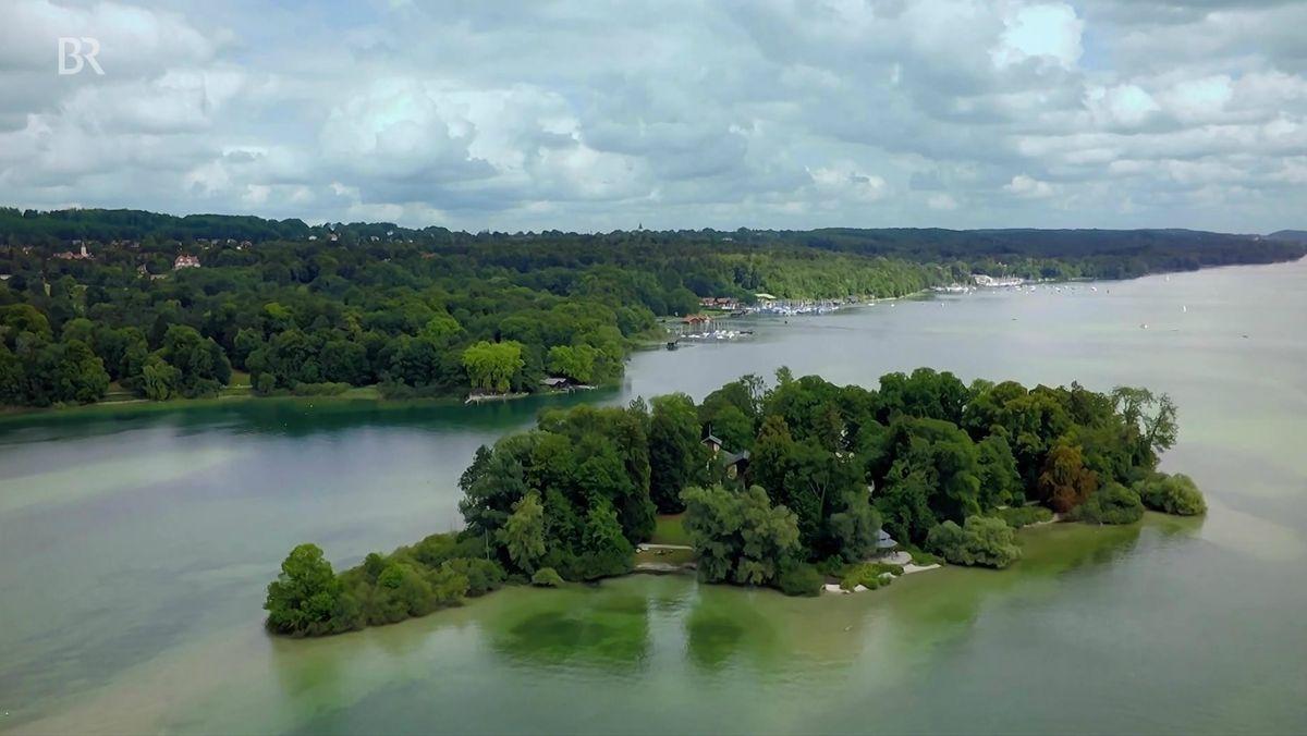 Blick von oben auf die Roseninsel im Starnberger See