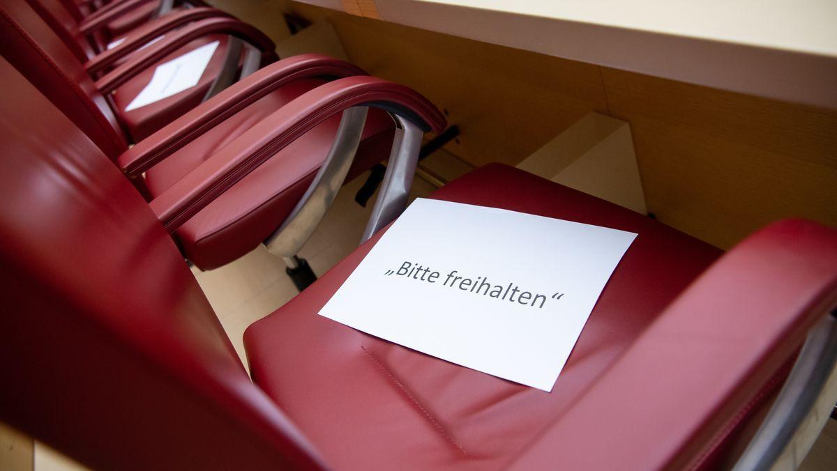 """Corona-Folge: Zettel mit der Aufschrift """"Bitte freihalten"""" liegen im Landtag vor der Plenarsitzung am 19.03.20 auf Abgeordneten-Stühlen"""