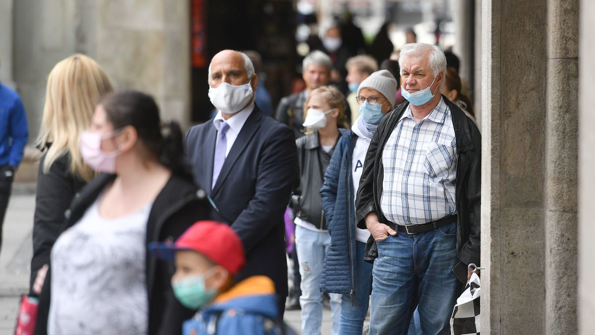 Menschen mit Mundschutz auf der Straße