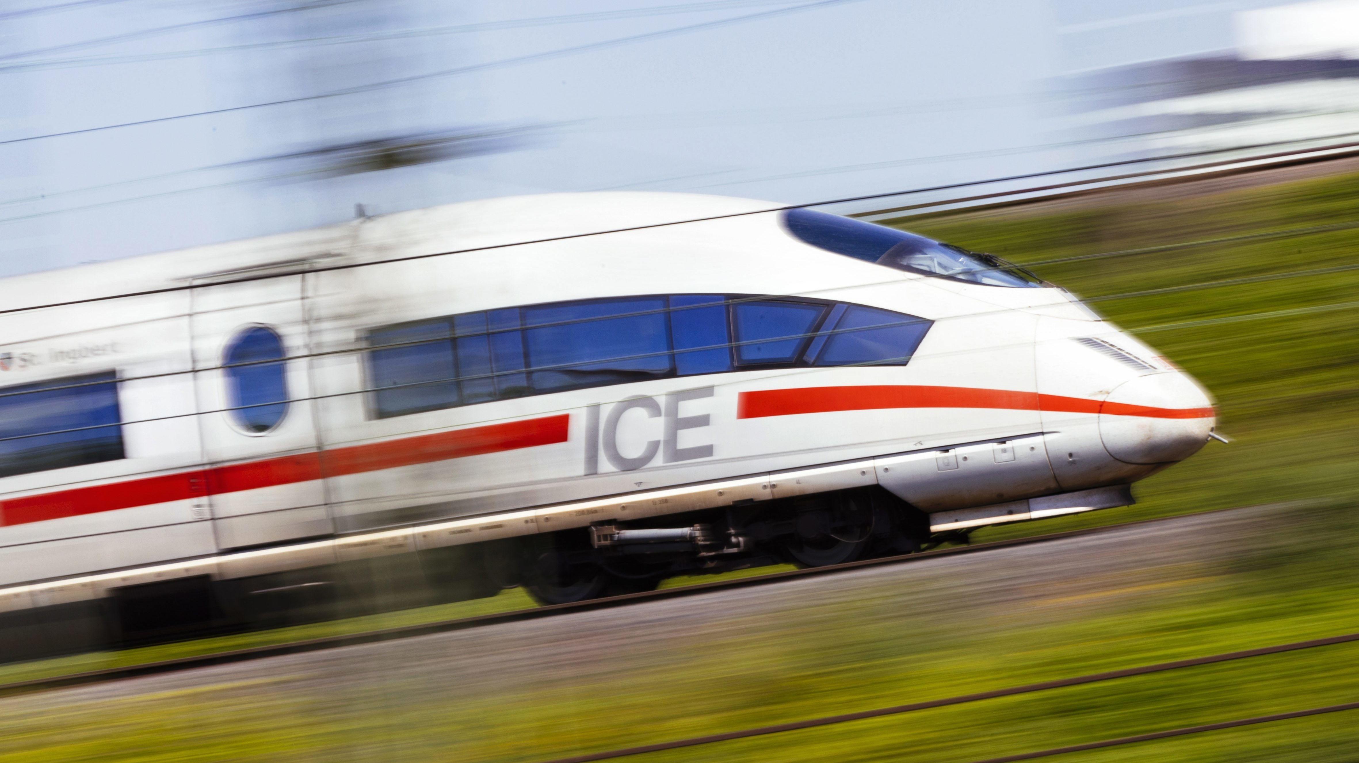 ICE mit hoher Geschwindigkeit.