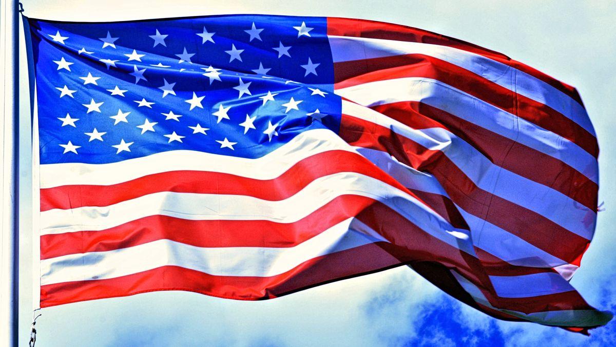 Die amerikanische Flagge weht im Wind.