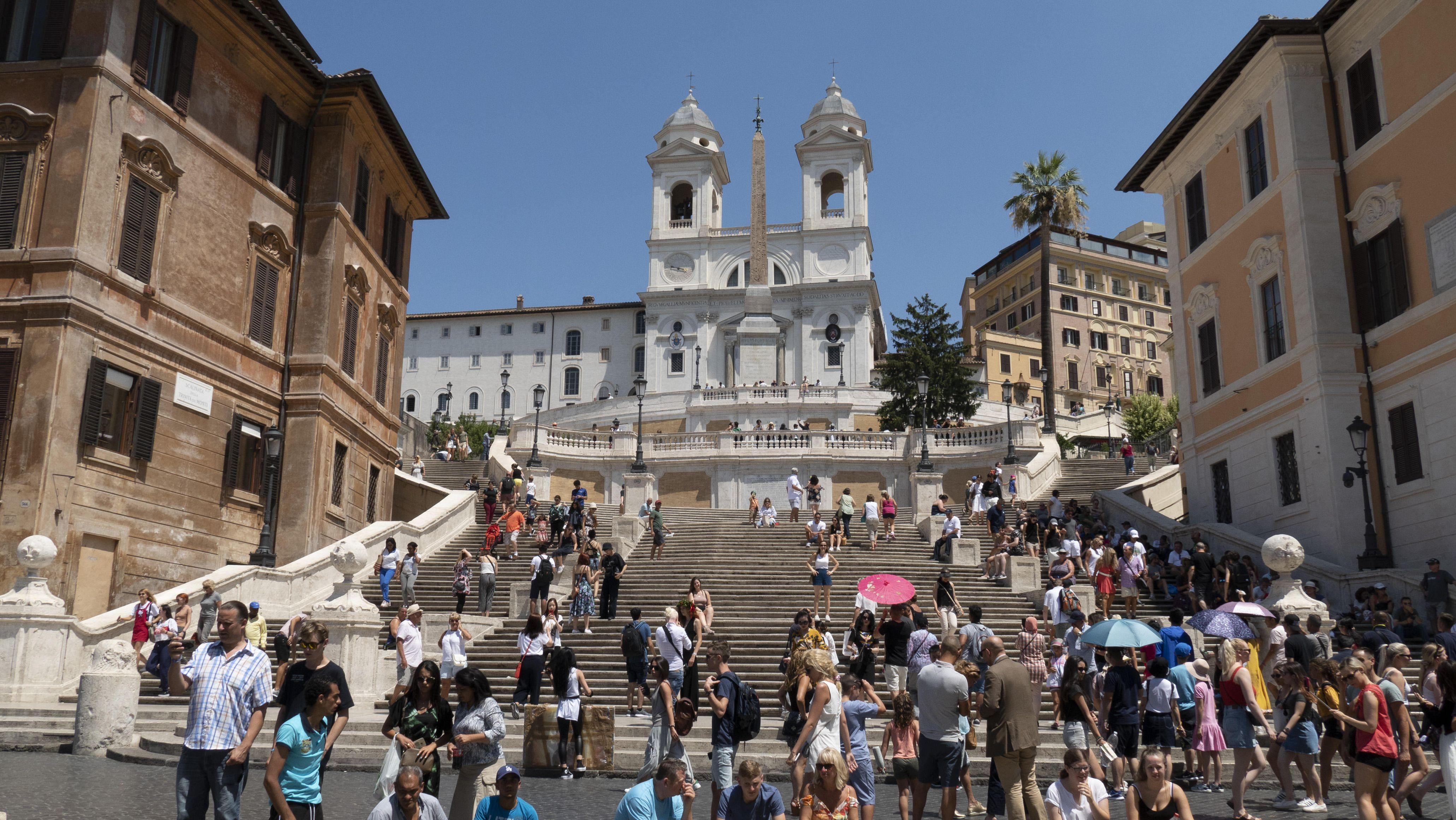 Die von Touristen bevölkerte Spanische Treppe in Rom