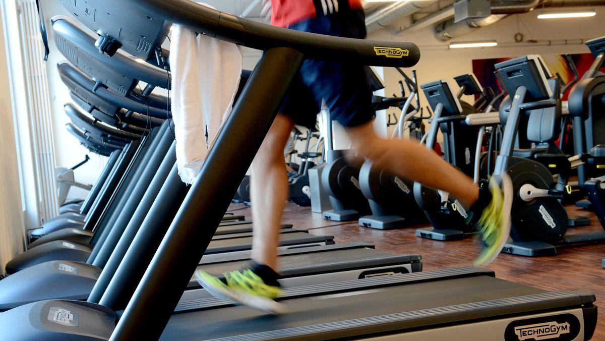Ein junger Mann trainiert in einem Fitnessstudio.