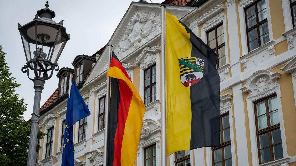 Die Flaggen der EU, der Bundesrepublik und des Landes Sachsen-Anhalt wehen vor dem Landtag in Magdeburg.