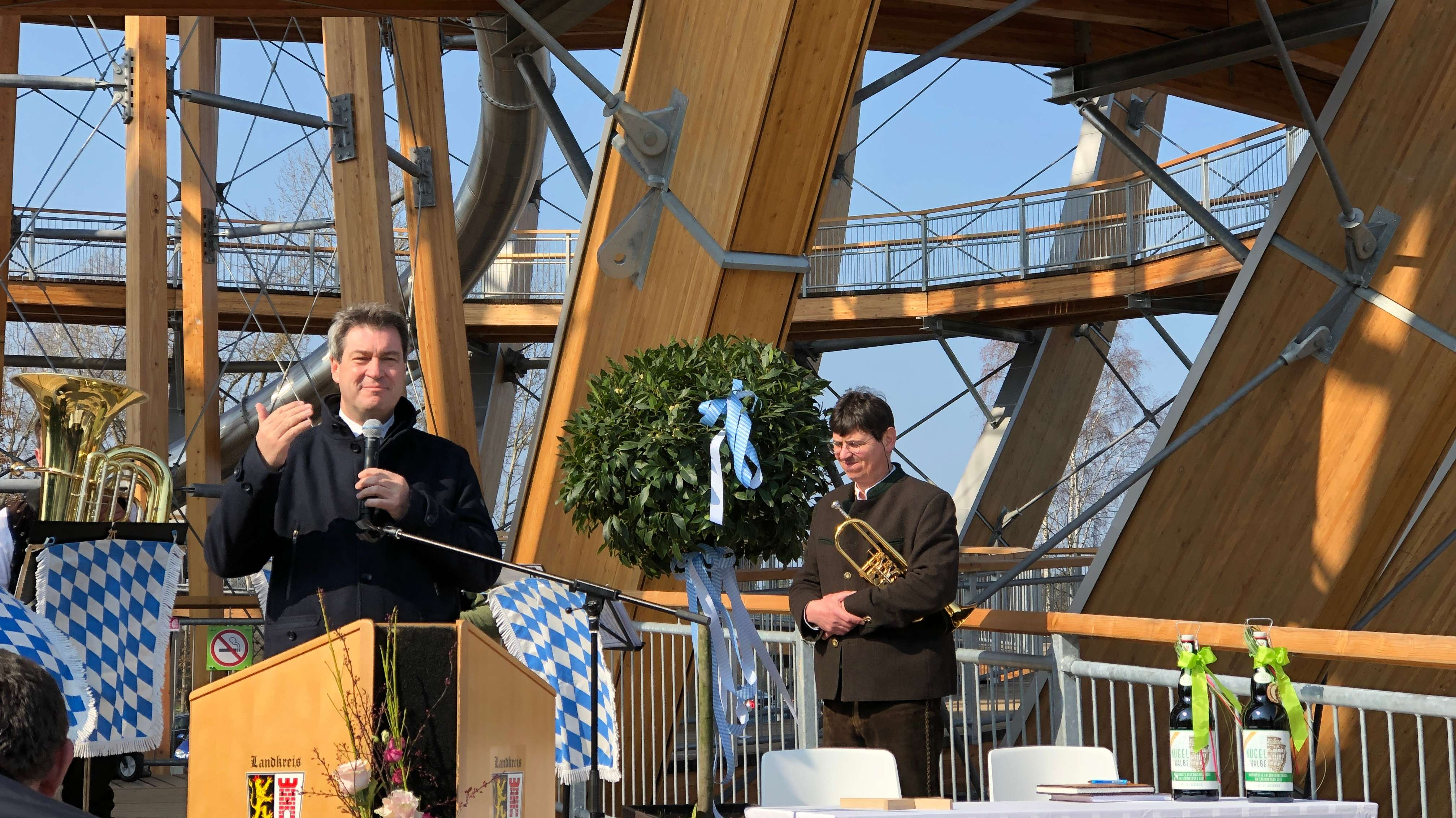 Ministerpräsident Söder eröffnet die Erlebnis-Holzkugel