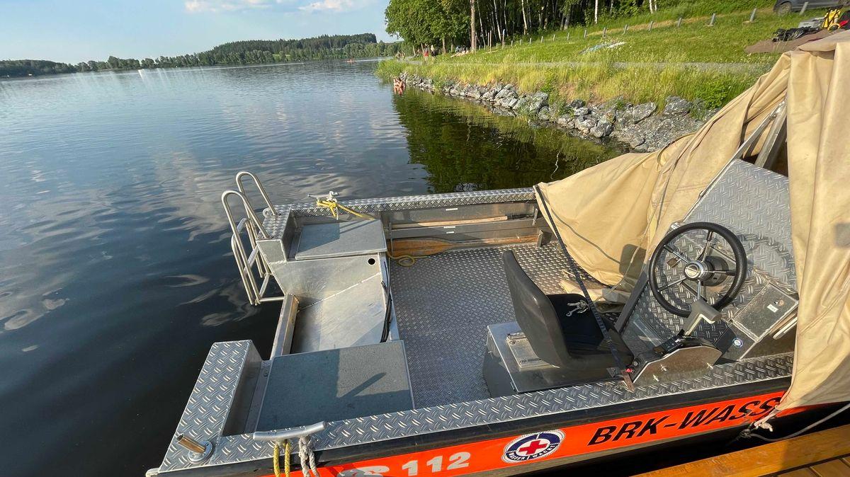 Ein Rettungsboot der BRK-Wasserwacht liegt ohne Motor im Wasser.