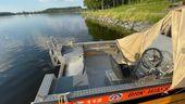 Ein Rettungsboot der BRK-Wasserwacht liegt ohne Motor im Wasser. | Bild:News5/Fricke