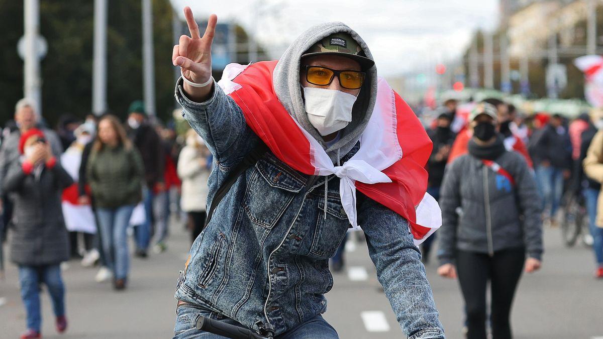 Trotz Androhung von Waffengewalt auf der Straße: Ein Demonstrant bei einer unerlaubten Kundgebung in der belarussischen Hauptstadt Minsk.