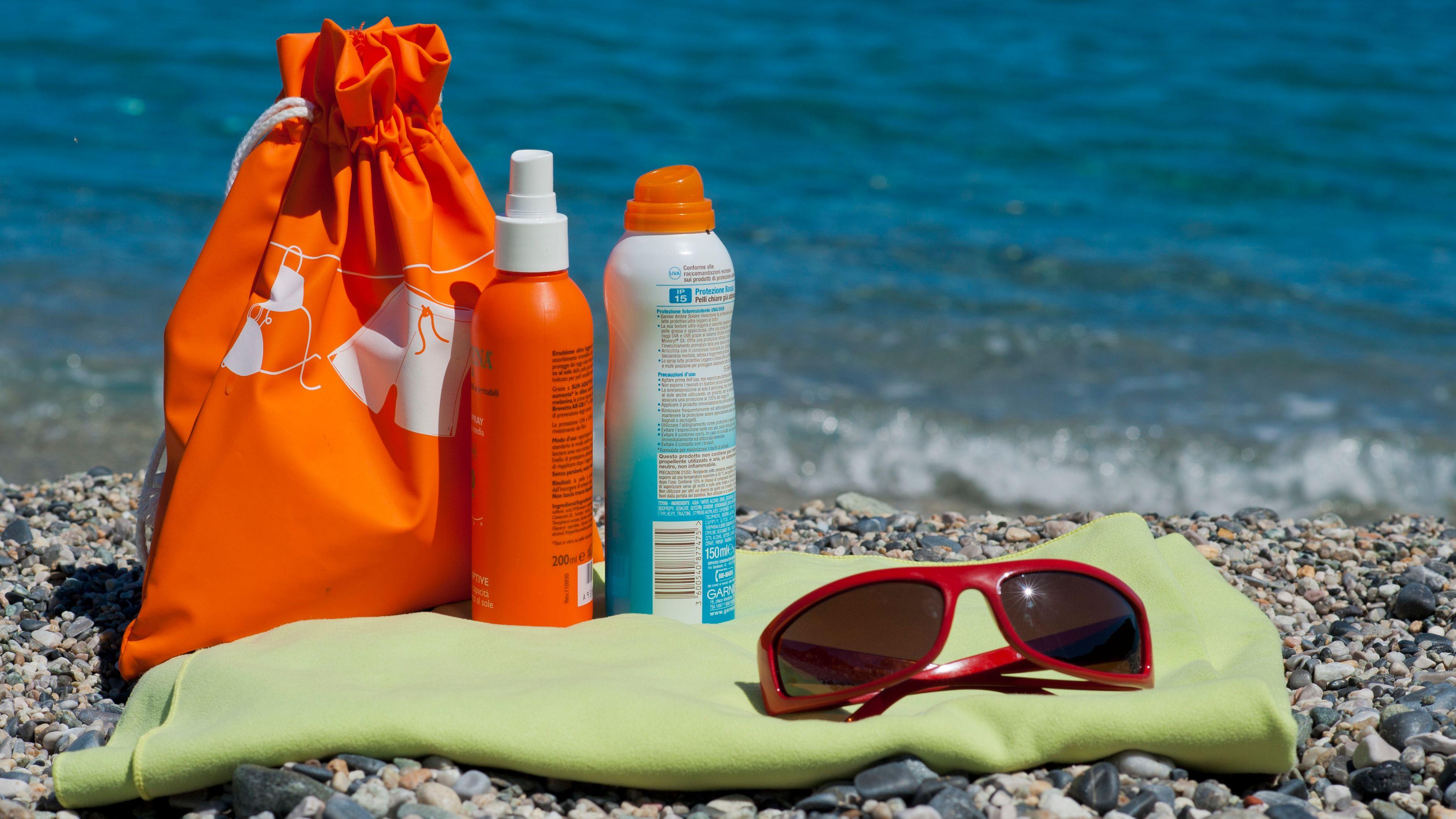 Mit Sonnencreme und Sonnenbrille am See