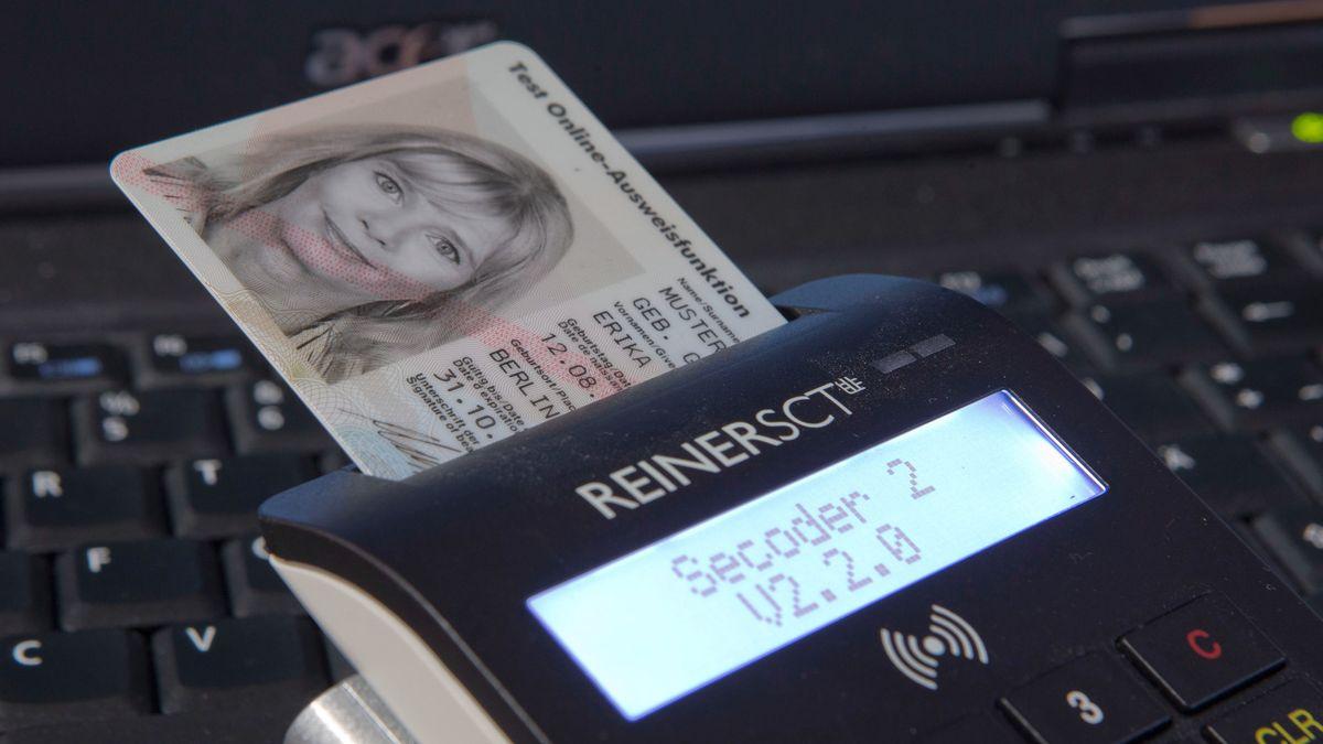 Personalausweis steckt in einem Kartenlesegerät
