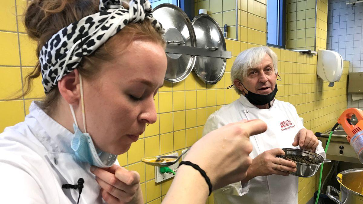 Rosemarie Graf schmeckt im Beisein ihres Chefs Bernhard Reiser eine Kürbissuppe ab.