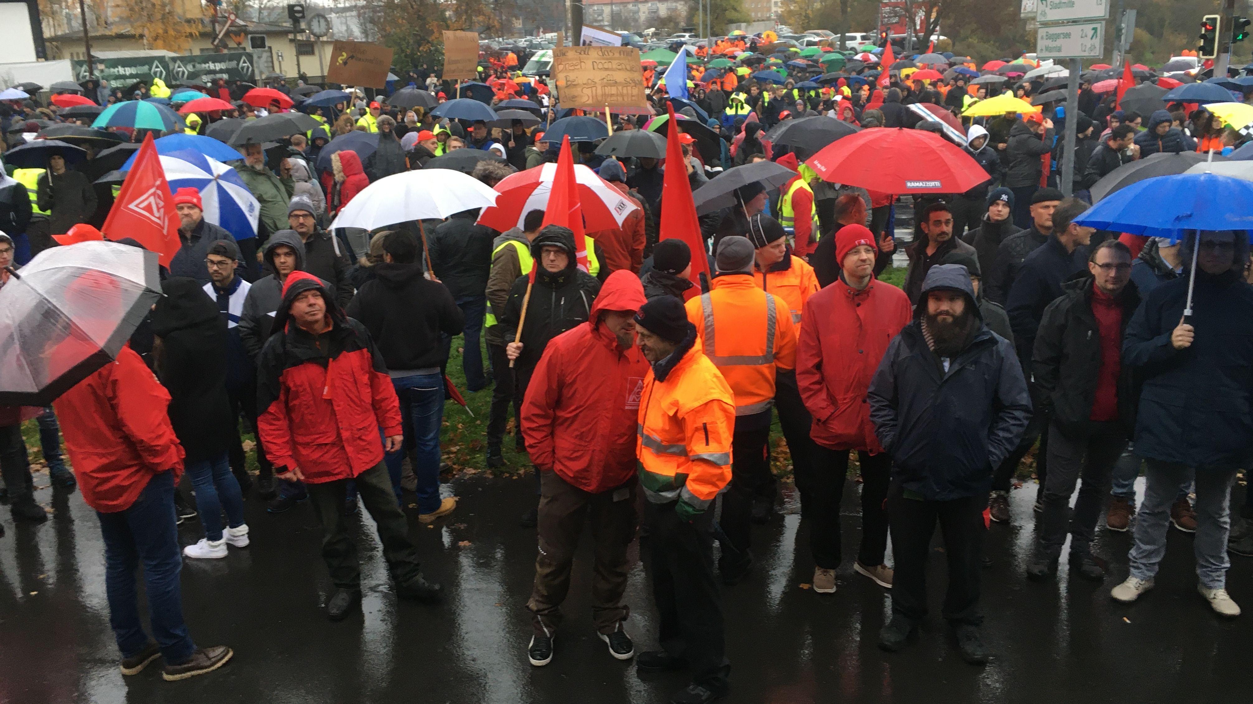 Bei einer Kundgebung in Schweinfurt wollen Mitglieder der IG Metall gegen möglichen Abbau von Arbeitsplätzen protestieren.