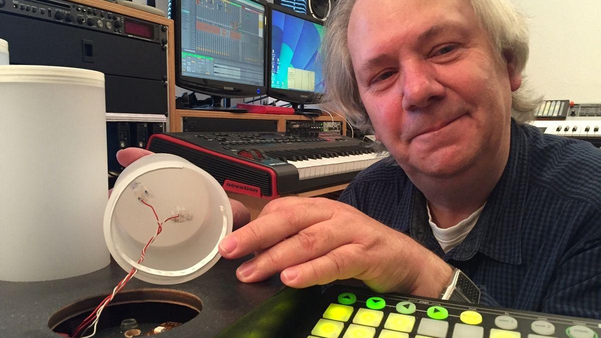 Burkard Schmidl mit seiner Soundharp