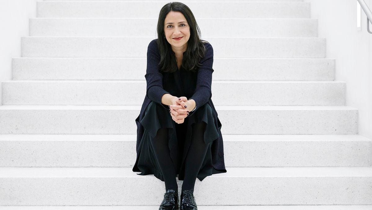 Mirjam Zadoff sitzt schwarz gekleidet auf einer weißen Treppe