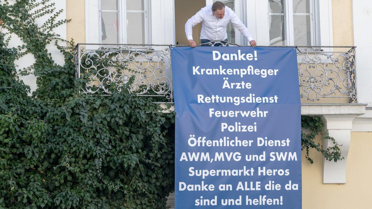 Plakat an Balkon