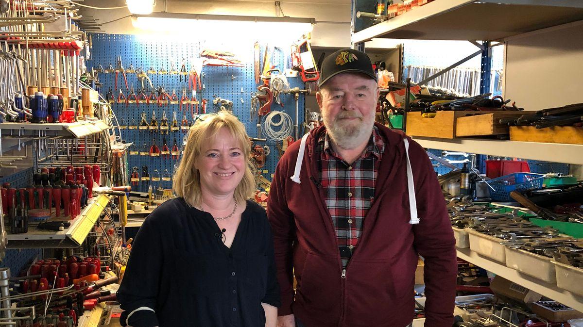 Vater und Tochter im Laden, umringt von Werkzeug