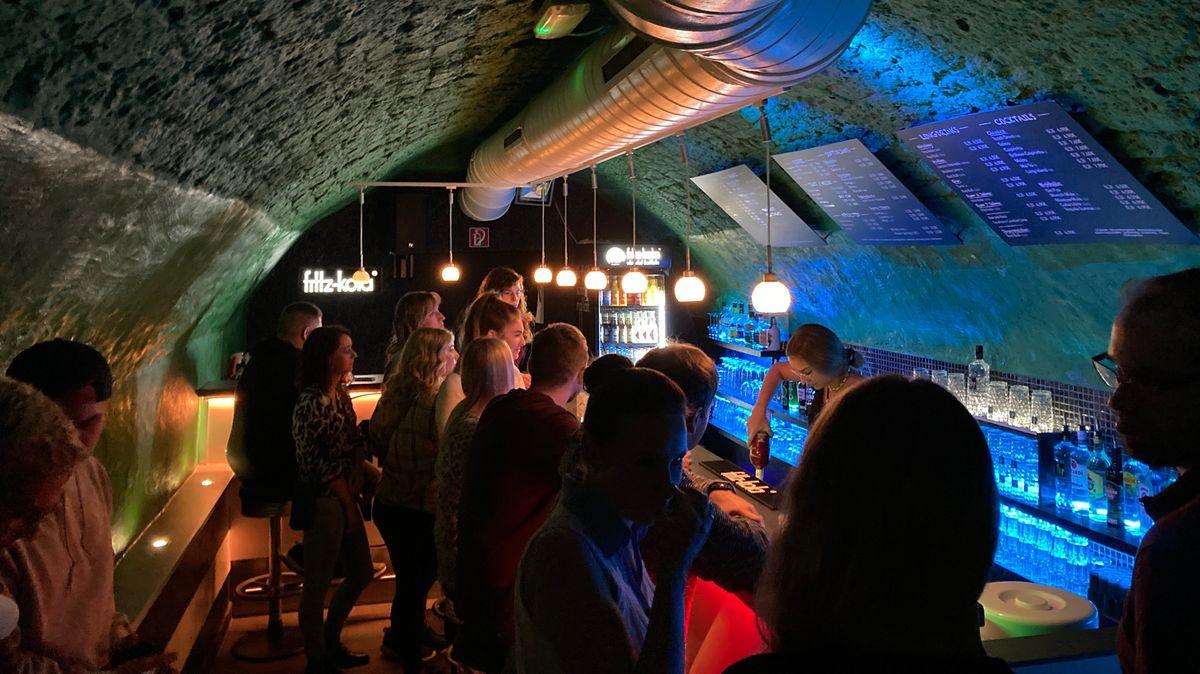 An der Bar des Club Moloko in Burghausen stehen viele Partygäste.