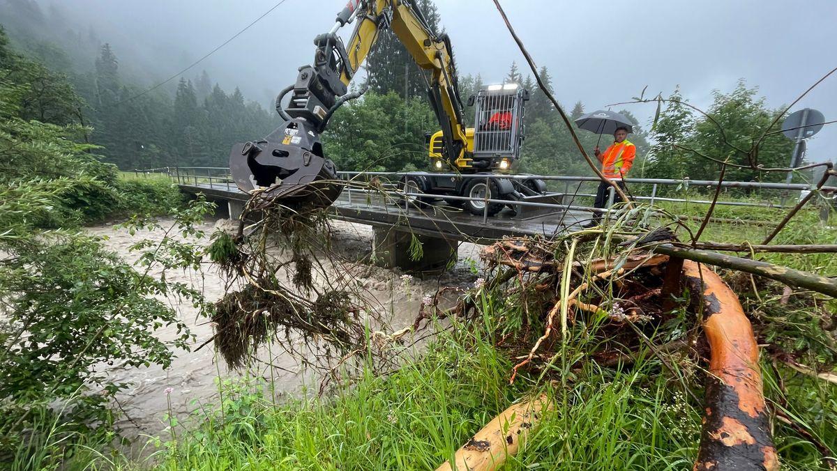 Vielerorts werden - wie hier in Stillach bei Oberstdorf - Gewässer von angeschwemmten Stämmen befreit, um die Bildung von Barrieren zu vermeiden.