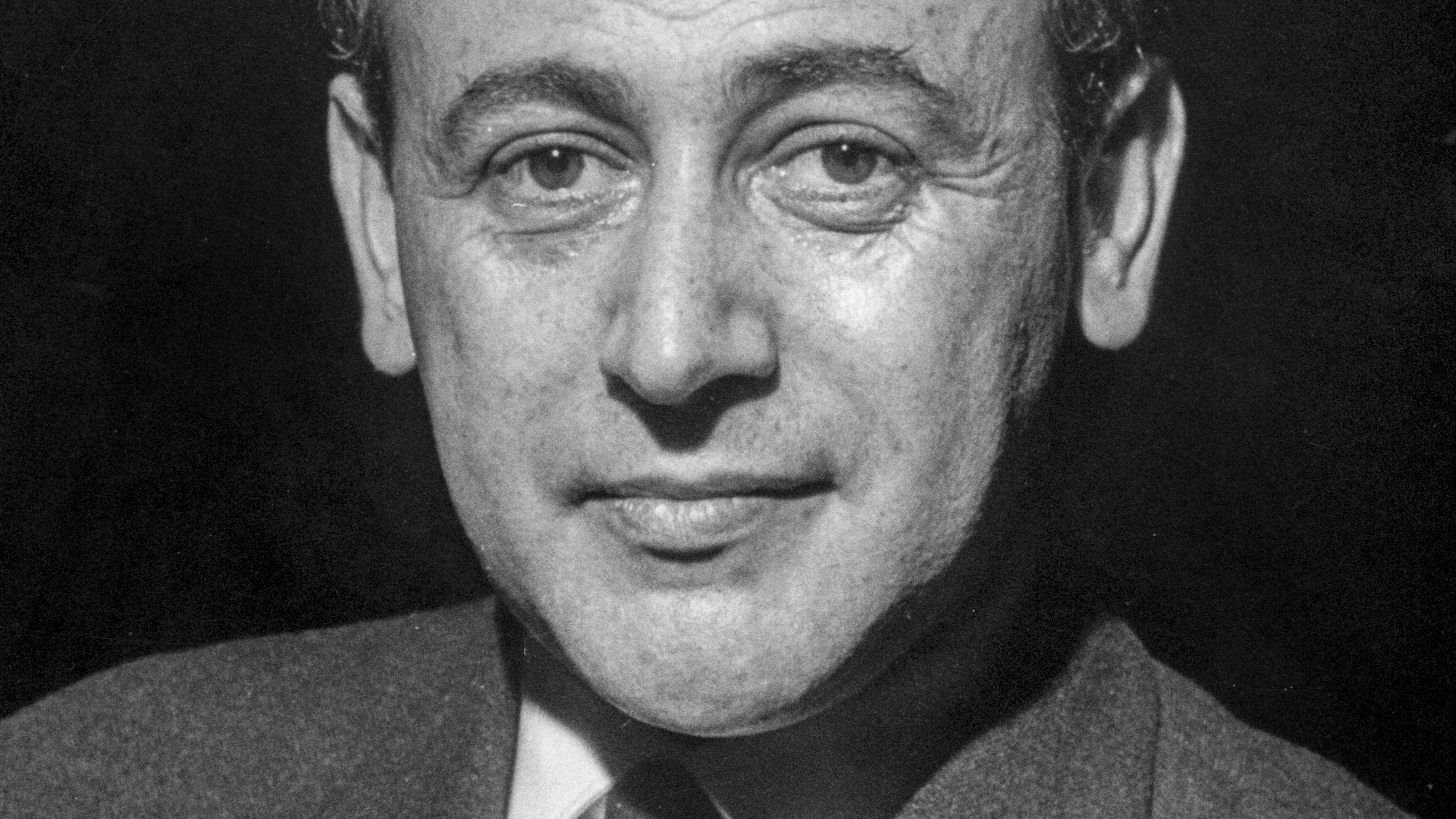 Eine schwarz-weiße Porträtaufnahme des Dichters Paul  Celan