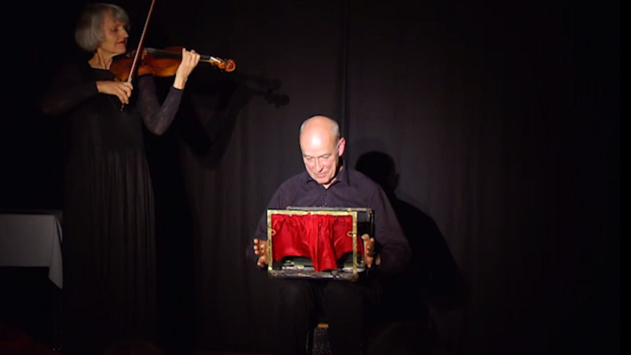 Hedwig Rost und Jörg Baesecke bauen aus einem Koffer eine Bühne.