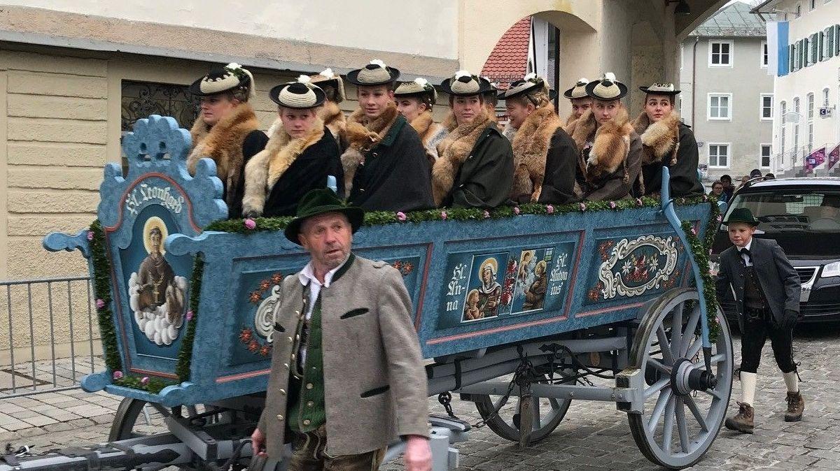 Festlich geschmückt und gekleidet - traditioneller Kutschenwagen auf der Tölzer Leonhardifahrt